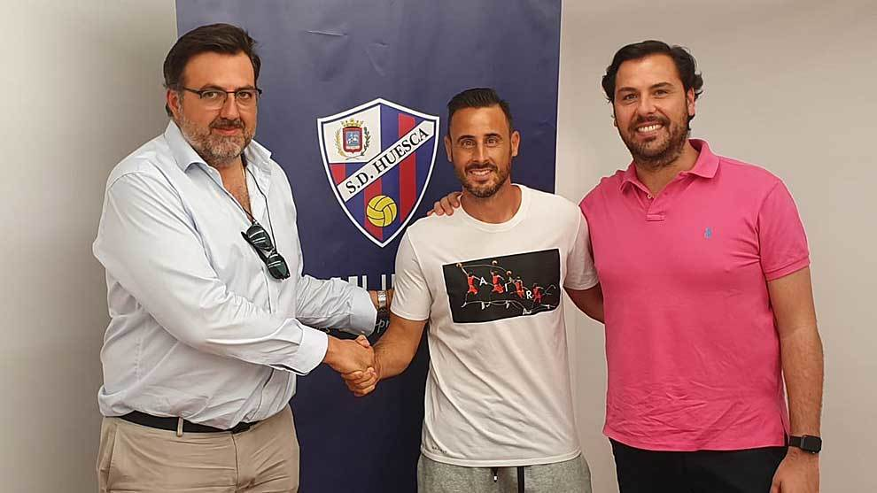 Pedro López, entre el consejero Manolo Torres y el director deportivo...