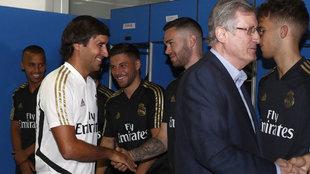 Raúl, saludando a sus jugadores junto a Ramón Martínez