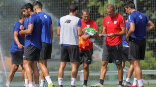 De Marcos, con peto, frente a Ferreira y Garitano en el entrenamiento...