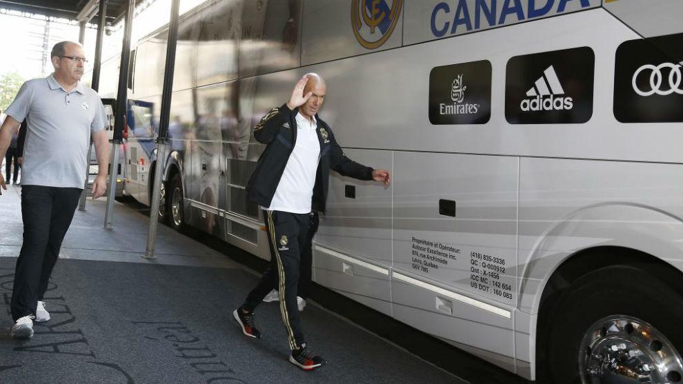 Zidane, subiendo al bus rumbo al entrenamiento.