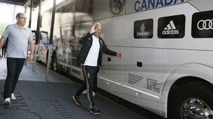 Zinedine Zidane getting on the bus to go to training.