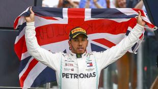 Lewis Hamilton celebrando su victoria en Silverstone.