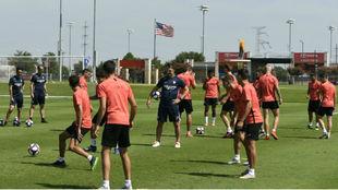 Lopetegui (52) dirige el primer entrenamiento del Sevilla en Dallas.