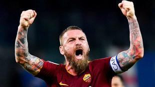 Danielle De Rossi festeja un gol con la Roma.