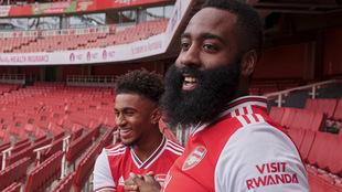 James Harden posa con la playera del Arsenal.