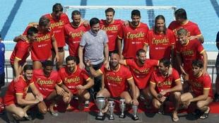 Los jugadores de la selección española de Waterpolo posan con los...