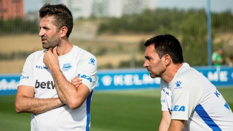 Asier Garitano observa a sus jugadores durante un entrenamiento de...