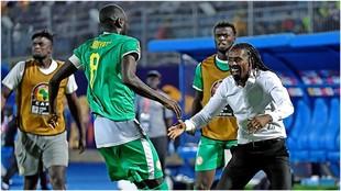 Kouyaté celebra con Aliou Cissé el pase de Senegal a semifinales.