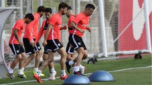 Jugadores como Sergi Gomez (27) y Roque Mesa (30), en un entrenamiento...