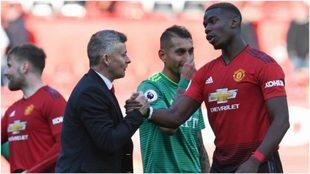 Ole Gunnar Solskjaer saluda a Paul Pogba tras un partido de Premier...