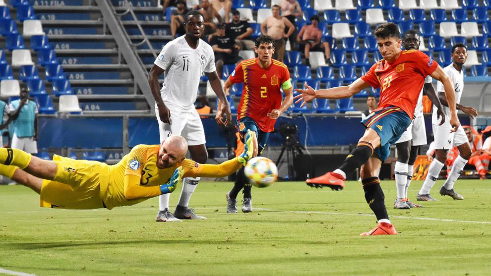 Marc Roca marca un gol ante Francia en el Europeo sub 21.