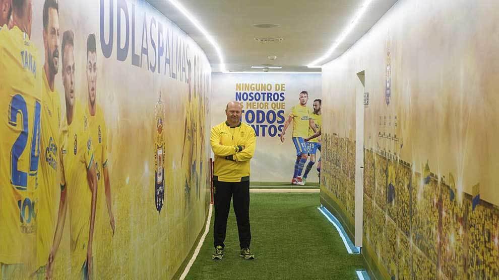 Pepe Mel posa para Marca en el tunel de vestuarios del Gran Canaria