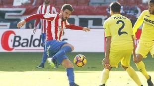 Moi Gómez golpea al balón en un Sporting-Villarreal del año 2016