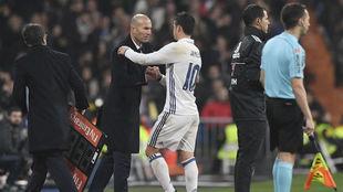 Zinedine Zdane saluda a James Rodríguez tras un cambio en el Santiago...