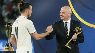 Bale recibe de manos de Infantino el premio al mejor jugador del...