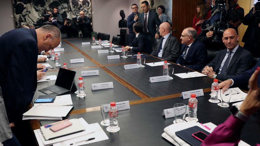 Imagen de una de las primeras reuniones en el CSD, con Rubiales (RFEF)...