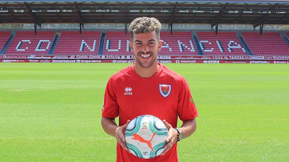 Un sonriente Curro Sánchez ya luce como jugador rojillo en Los...