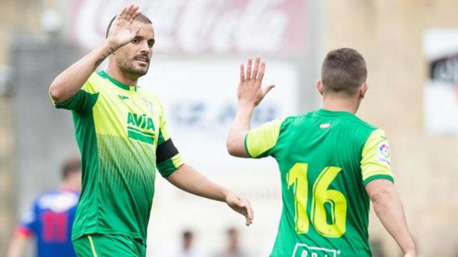 Pedro León y De Blasis celebran un gol.
