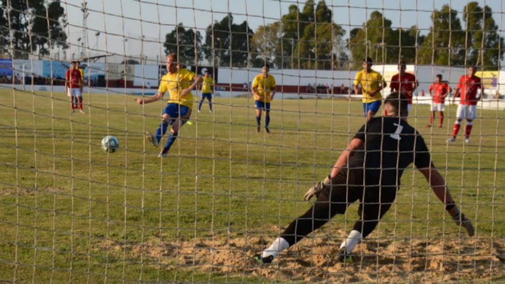 Álex Fernández anota el primer gol del Cádiz desde los once metros.