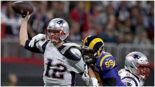 Tom Brady durante un partido contra los Rams.