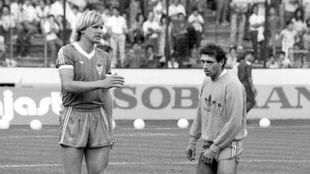 Schuster y Quini, antes del partido homenaje al Brujo en El Molinón.