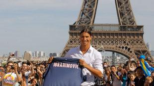 Zlatan Ibrahimovic con el jersey del PSG frente a la Torre Eiffel.