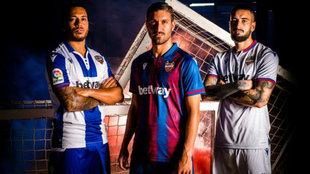 Vezo, campaña y Cabaco posan con la nueva equipación del Levante.