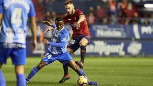 Koné ante Roberto Torres en el partido del Málaga en Pamplona