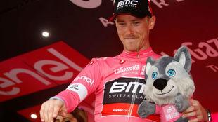 Rohan Dennis en el podio como líder del Giro.