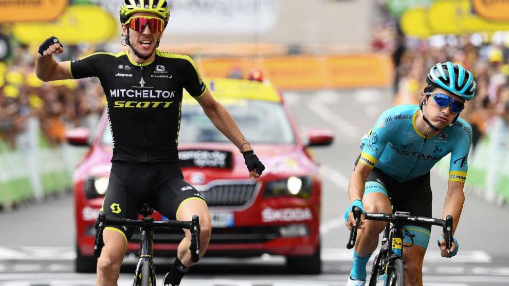 Simon Yates celebrando el triunfo por delante de Pello Bilbao.