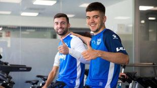 Martín y Sivera sonríen para una foto del club vitoriano.