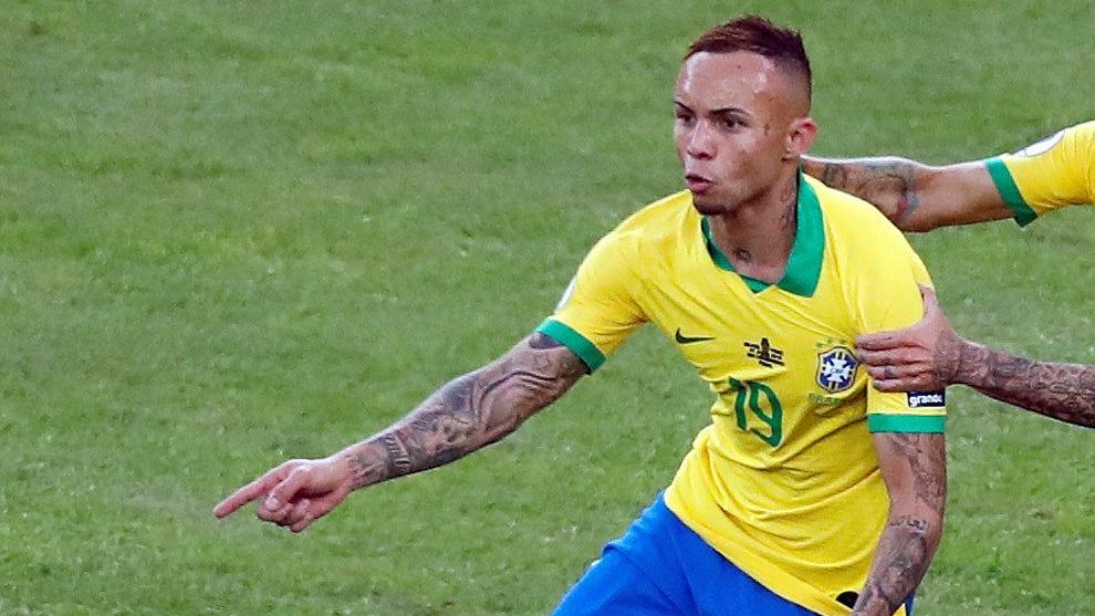 Everton tras anotar un gol con Brasil