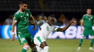 Saadio Mané (27) y Ryad Mahrez (28) pelean por un balón en el...
