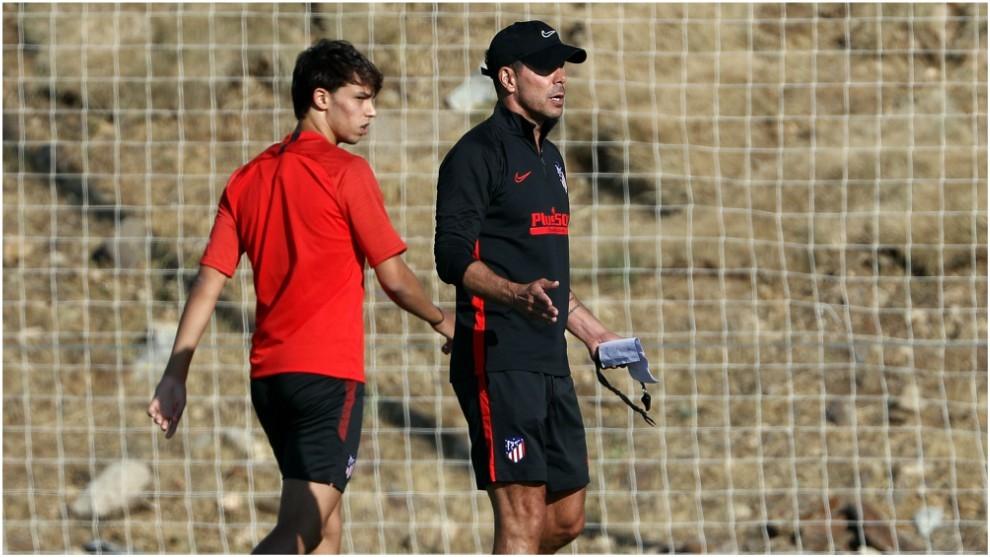 Simeone y Joao Félix durante el entrenamiento