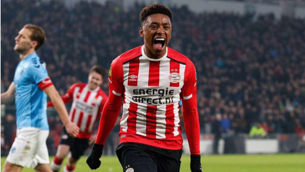 Bergwijn (21) celebra un gol con el PSV.