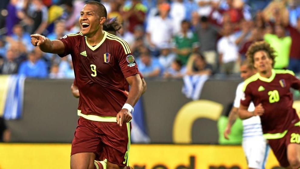 Salomón Rondón celebra un gol con su selección en la pasada Copa...