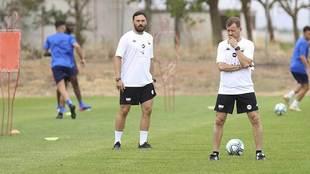 Manuel observa un entrenamiento del equipo la semana pasada
