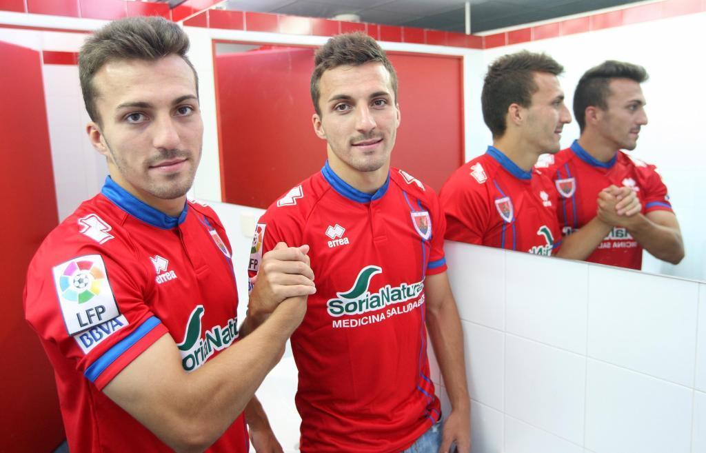 Los hermanos Valcarce posan juntos para un reportaje con Marca