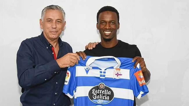 Koné, junto al presidente deportivista Paco Zas, ya luce de...