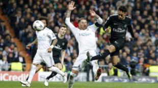 Neymar, frente a Ramos durante un partido entre el PSG y el Real...