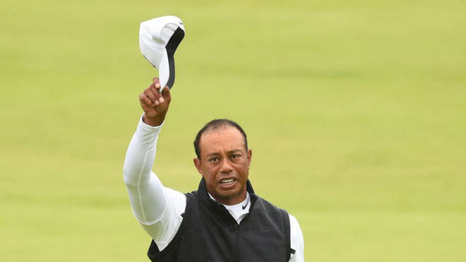 Tiger Woods se despide del público irlandés en el hoyo 18.