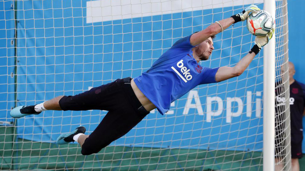 Neto during Barcelona training.