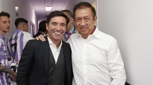 Peter Lim y Marcelino, en el estadio de Zorilla tras la victoria...
