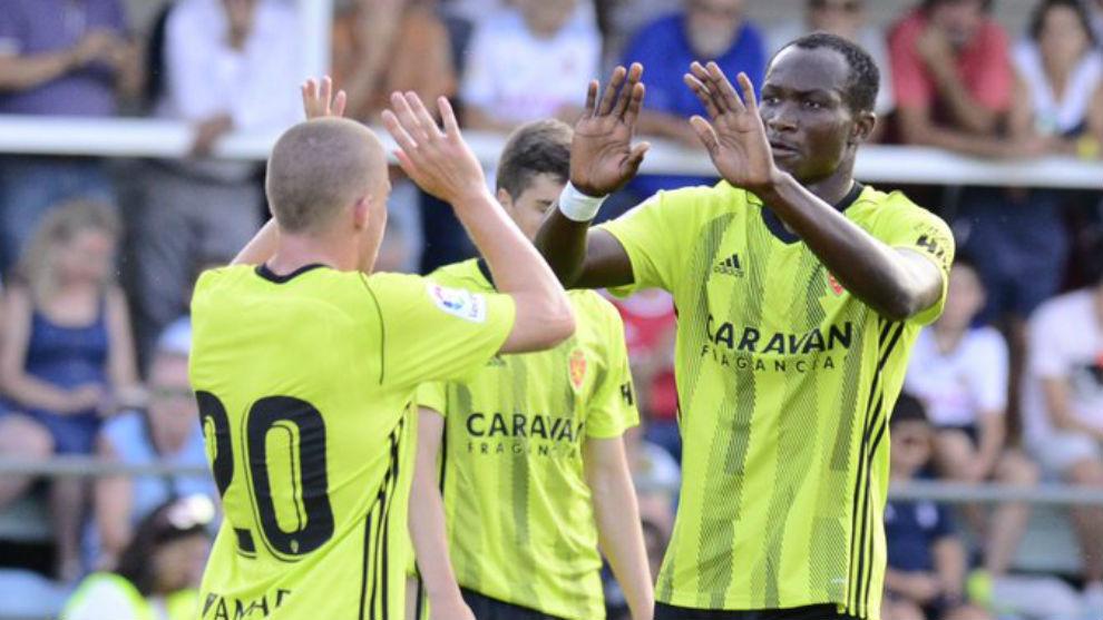 Dwamena celebra uno de sus cinco goles con Pep Biel.