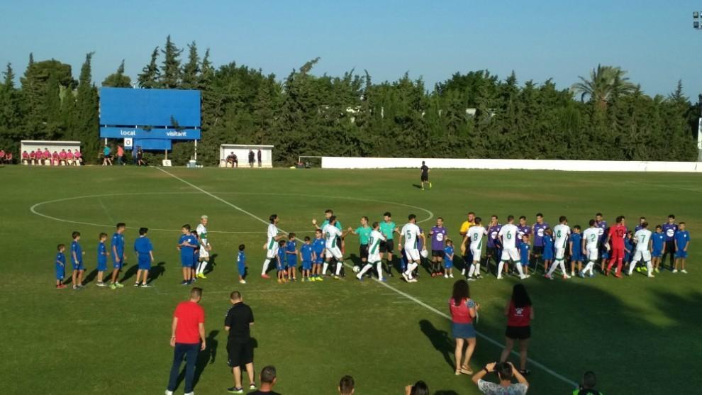 Los jugadores y árbitros se saludan antes de comenzar el partido