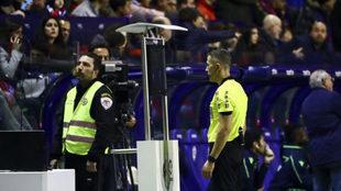 Iglesias Fernández mira el monitor en un partido.