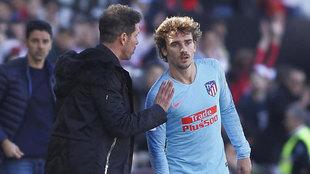Simeone habla con Griezmann en un partido.