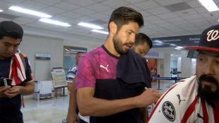Oribe atiende a la afición de Chivas.