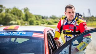El piloto del Rally Team Spain junto a su Peugeot 208 R2.