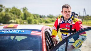 El piloto del Rally Team Spain junto a su Peugeot 208 R2.